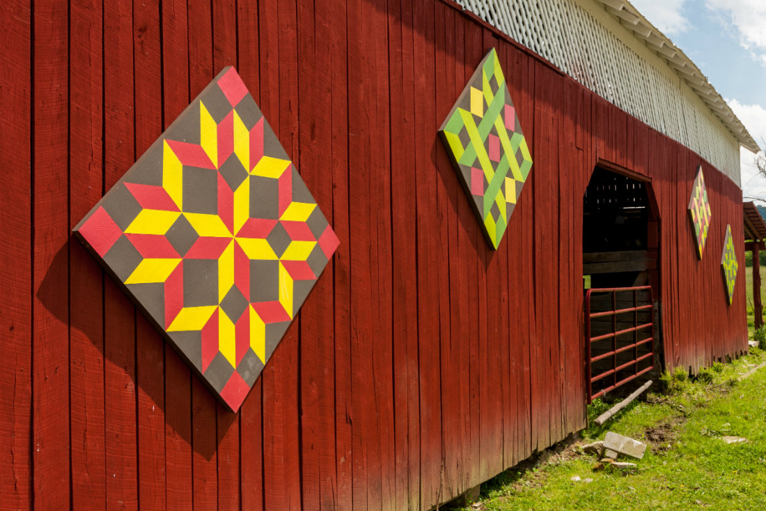 Quilt_Barn_with_many_squares_1100.jpg