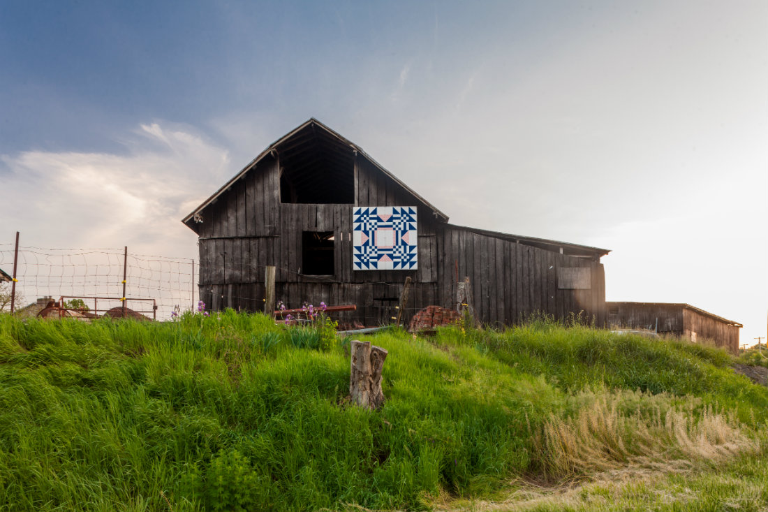 A Tennessee Quilt_barn_with_beautiful_sky