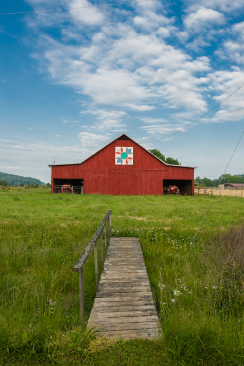 Red_quilt_barn_and_dock_1100.jpg