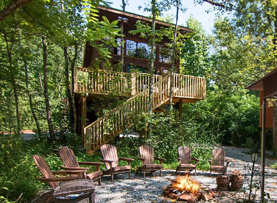 Go glamping in a treehouse at River's Edge Treehouse Resort